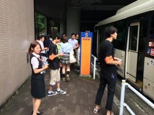 バスの降車場でチラシを配布