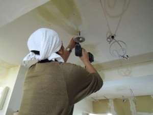 天井を施工するミニミニ三鷹店 平松店長