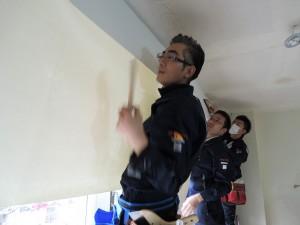 壁クロスを貼るミニミニ管理部スタッフ