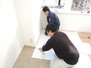 床材を敷くミニミニ管理部スタッフ