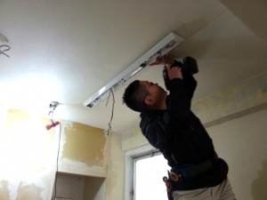LED照明の配電工事を行う営業部 熊井副部長