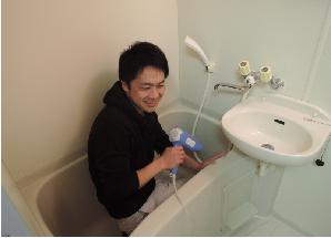 薬剤を塗る前ため、浴槽内の水分をドライヤーで取り除く