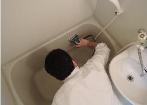 浴槽は電動サンダで水垢を除去