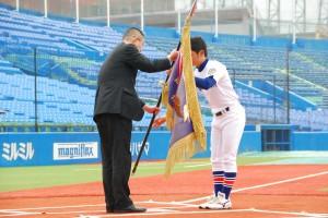 昨季1部優勝の駒澤大学による優勝旗の返還