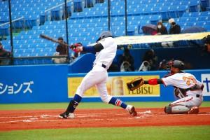 タイムリー内野安打を放つ駒澤大学・長谷川選手