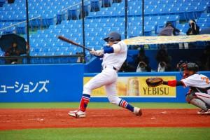 タイムリーヒットを放つ駒澤大学・奥井選手
