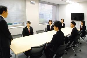 新入社員へ挨拶をするミニミニ城西代表取締役 岡野英樹