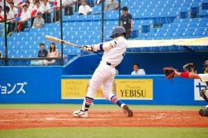 ヒットを放つ駒澤大学・高橋亮介選手