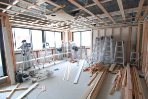 壁や床、天井を施工中