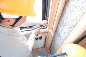 窓近くの壁を施工